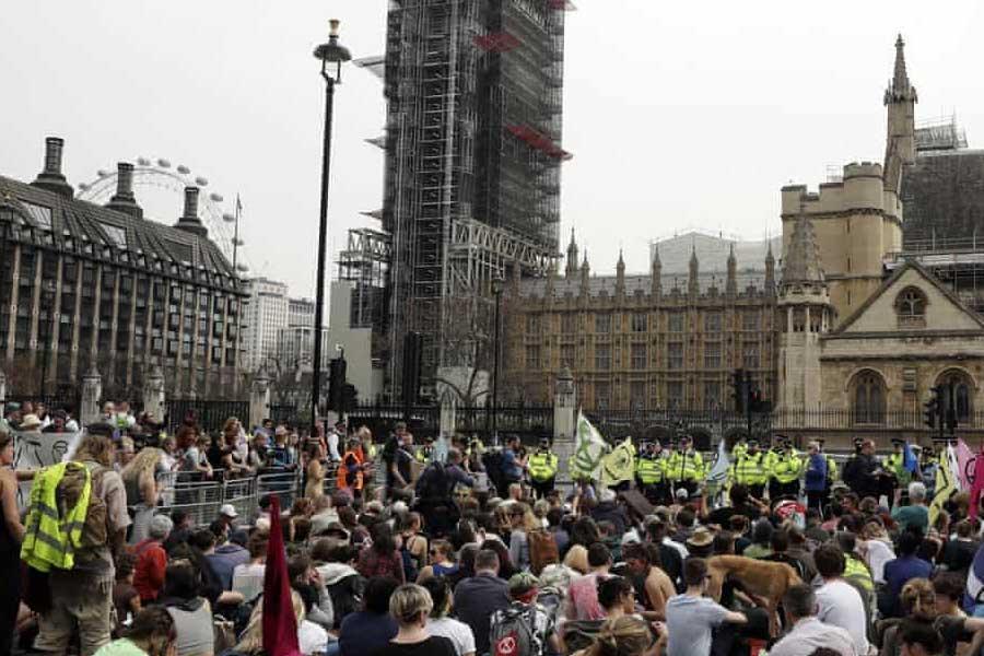 خروش فعالان محیط زیست در لندن برای نهمین روز متوالی