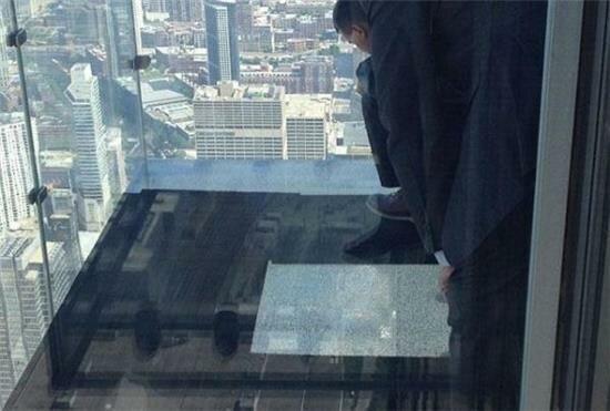 ترک خوردن بالکن برج شیشه ای شیکاگو زیر پای بازدیدکنندگان