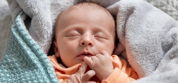 علت ژله ای شدن مدفوع نوزاد چیست و چگونه درمان می گردد؟